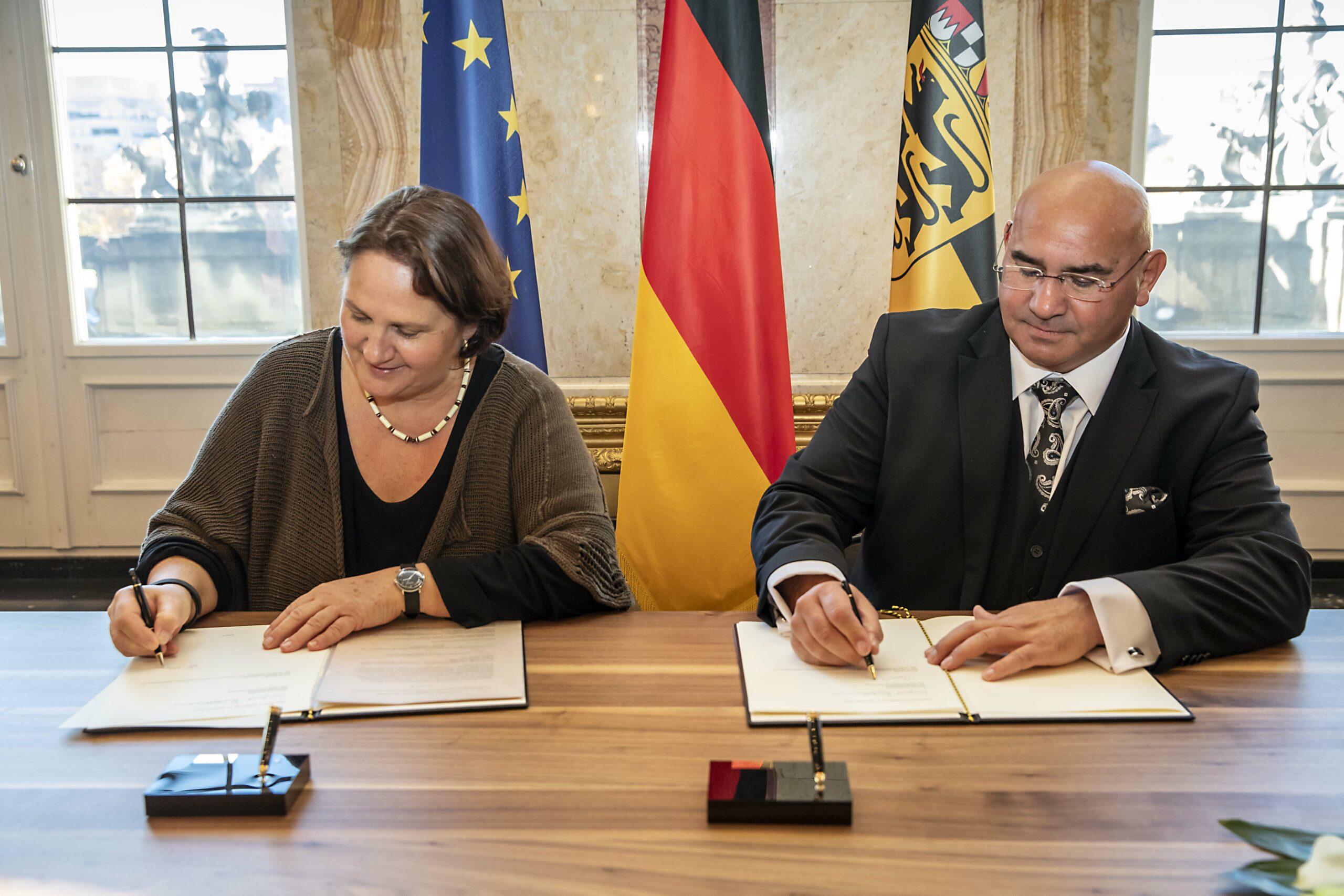 Staatsministerin Theresa Schopper (l.) und Daniel Strauß (r.), Vorsitzender des Landesverbands Deutscher Sinti undRoma